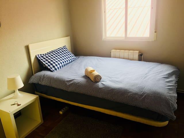 Habitación sencilla acogedora