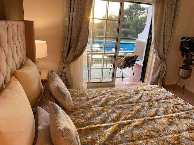 La grande chambre avec son lit double, sa salle de bain privée ( baignoire) et sa belle terrasse offrant une magnifique vue sur la piscine et aussi une petite vue sur l océan et sa baie à 600 m