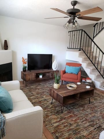 Great Scottsdale location w/2 master bedrooms king