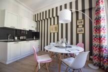 La cuisine ouverte est moderne et totalement équipée pour prendre vos repas ou ......