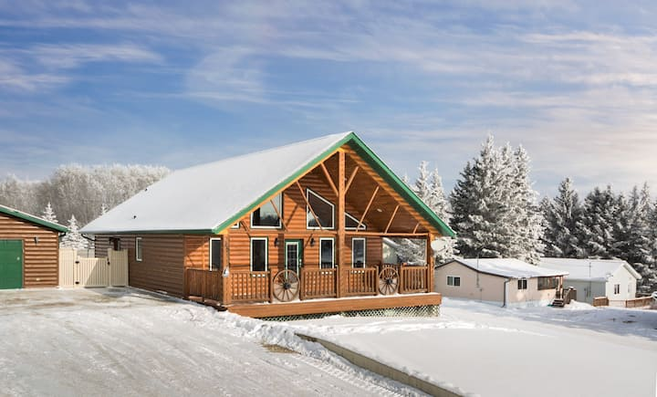 Four Season Log Cabin minutes from Clear Lake