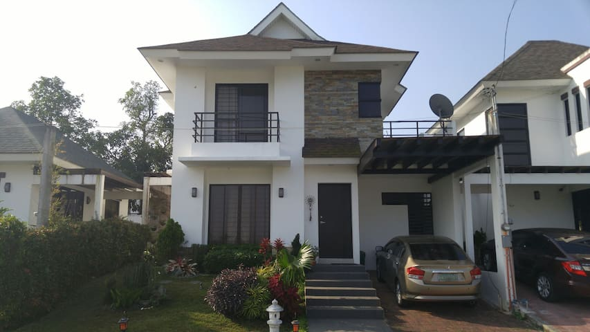 Tagaytay 4BR house with garden - Amadeo - Hus