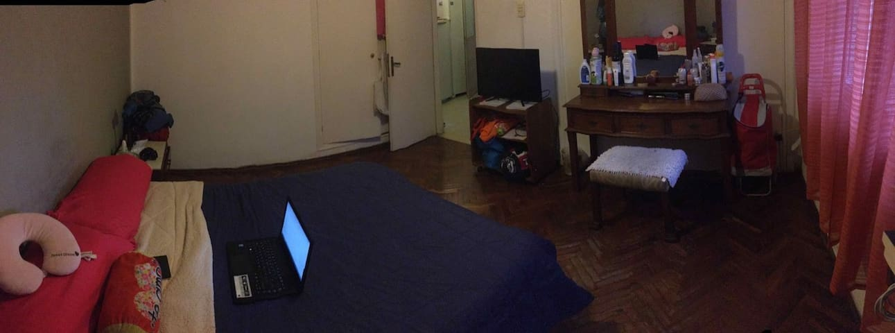 """Sunny room in cosy house near Park Batlle"""