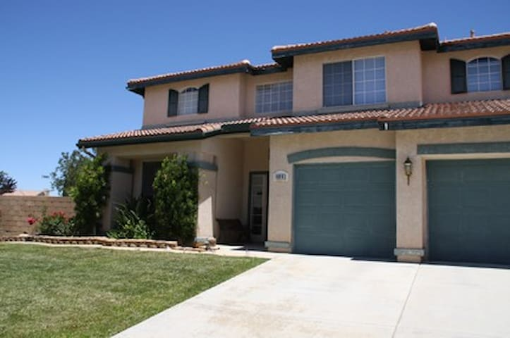 Comfy and spacious desert home~ - Palmdale - House