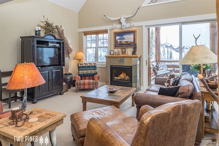SKI-IN/OUT- Saddle Ridge Town Home- Moonlight Club Access, Views, & Private Hot Tub!