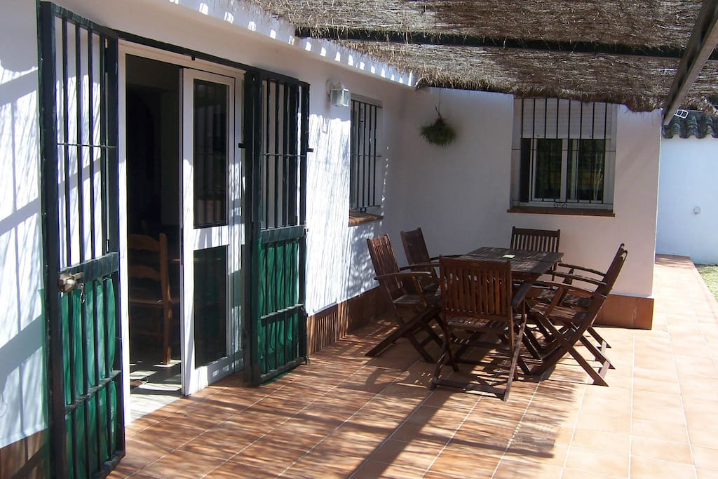 Porche du salon, couvert de brande, ensoleillé dans l'après-midi. Idéal pour les soirées. Porche del salón, cubierto con brezo, soleado por la tarde. ¡Ideal para el atardecer y las veladas!