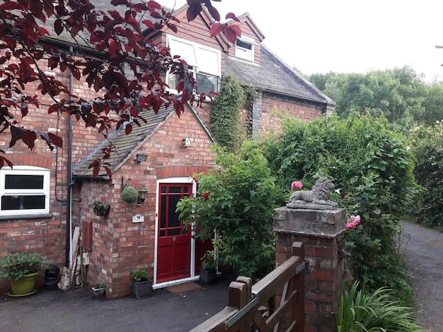 Lovely Private Countryside Room. 2m Telford Centre