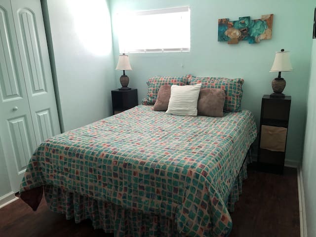 House to yourself! Queen Bedroom  15 min to Greer!