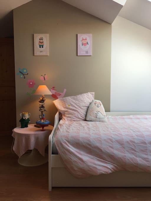La chambre des enfants avec lit gigogne et lit bébé sur demande. Lit parapluie sur demande également.
