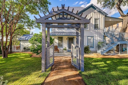 Downtown Marble Falls Crown Jewel Boutique Rental