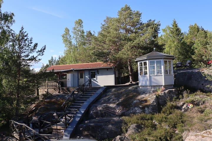 Stuga i Sjöskogen med utsikt över Bråviken