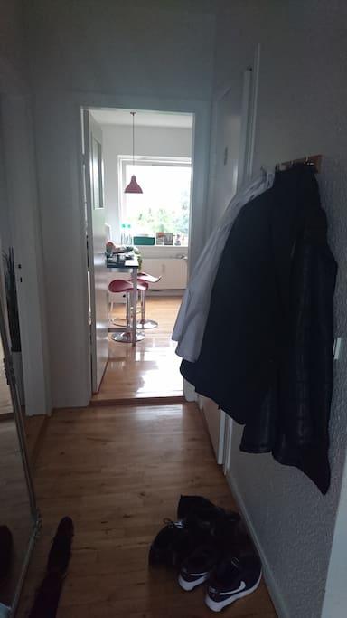 Gang til køkkenet og badeværelse