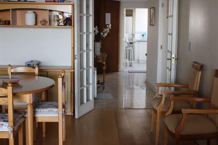 Vista desde el comedor al hall de entrada y cocina