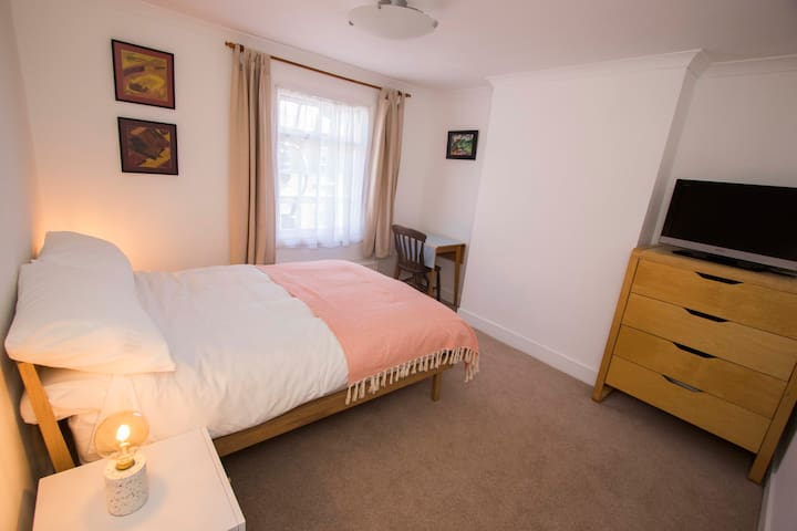 Comfortable double room close to city centre.