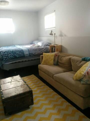 Cozy studio apartment- 3 blocks to everything!