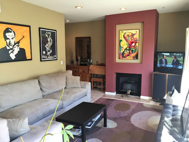 GORGEOUS BEAUTIFUL FURNISHED 1+1 CONDO BRENTWOOD