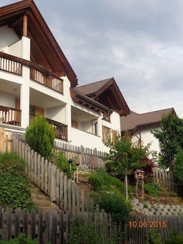 Familienfreundliche Mansarden Wohnung App.Bergweg - Laion - Appartamento