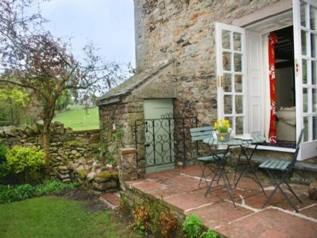 BLACKSMITHS COTTAGE, Pooley Bridge, Ullswater - Pooley Bridge - Hus