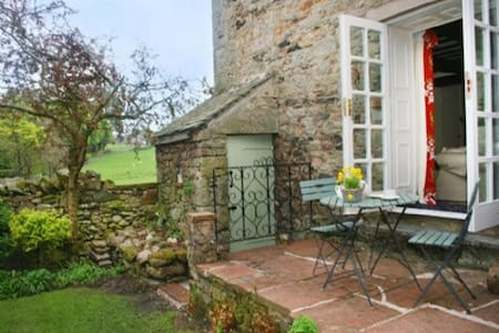 BLACKSMITHS COTTAGE, Pooley Bridge, Ullswater - Pooley Bridge