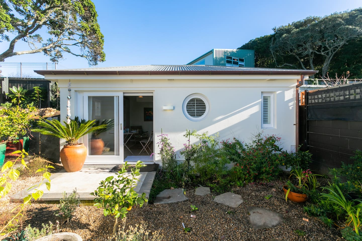 This is a lovely garden space. With a private garden courtyard. The cottage is 3-minutes walk from Devonport township. A further 4 minutes will take you to the wharf and ferry to access Auckland City and the islands of the Hauraki Gulf.