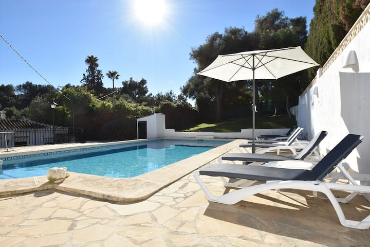 Spanish villa for 6 p spacious terrace, close to the beach with large pool