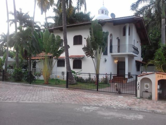 Preciosa Casa . 12 Personas.