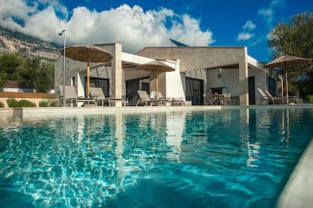 New Villa Carisma - 150m / 7 mins from beach!