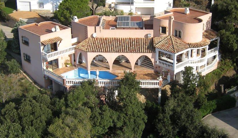 Villa Rosada sobre la Badia de Roses - El Mas Fumats - Hus