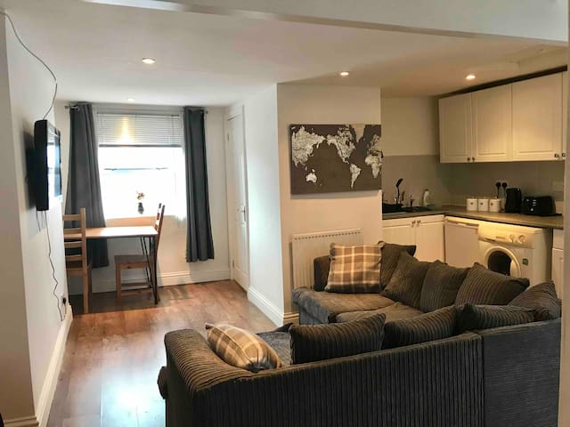 Clean, modern 1 bedroom apartment in Cheltenham.