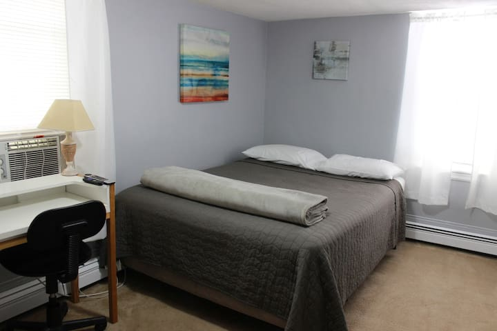 Queen Bed near subway, short distance to Fenway