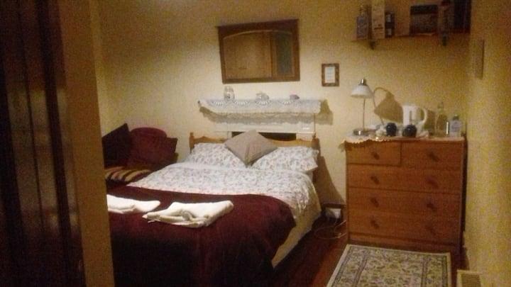 Large bedroom & En-suite, near city centre