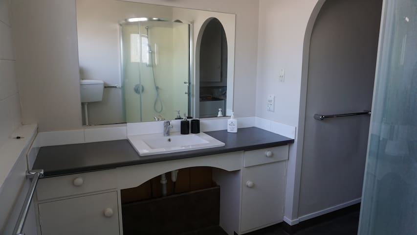 Spacious 2 bedroom apartment close to the city
