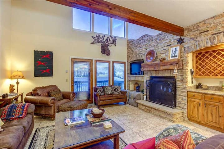 Aspenwood #1370: Beautiful 4 bedroom condo in the heart of Deer Valley. 2 minuts to lifts, private hot tub!