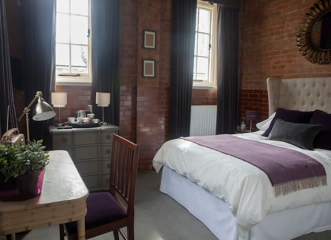 Betts ( Private Ensuite room) at Bicester Heritage