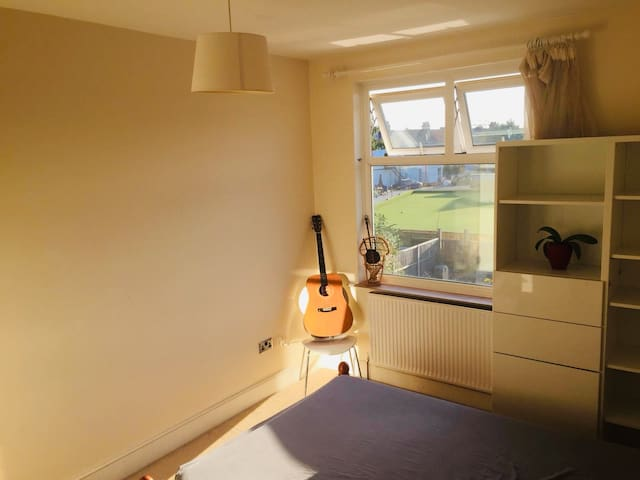 Sunny and Quiet room in Wimbledon