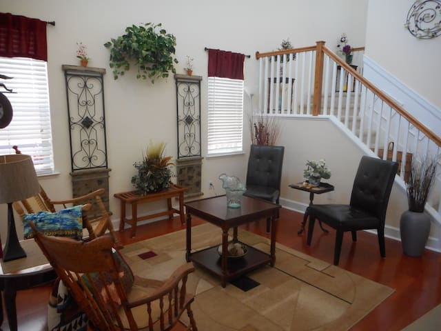 Bedroom on first floor in Beautiful Home - West Sacramento - Inap sarapan