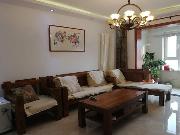 潍坊万达华府城市民宿,精装三居室,免费地下停车,电梯直达楼层。也可单个房间预定,价格优惠!