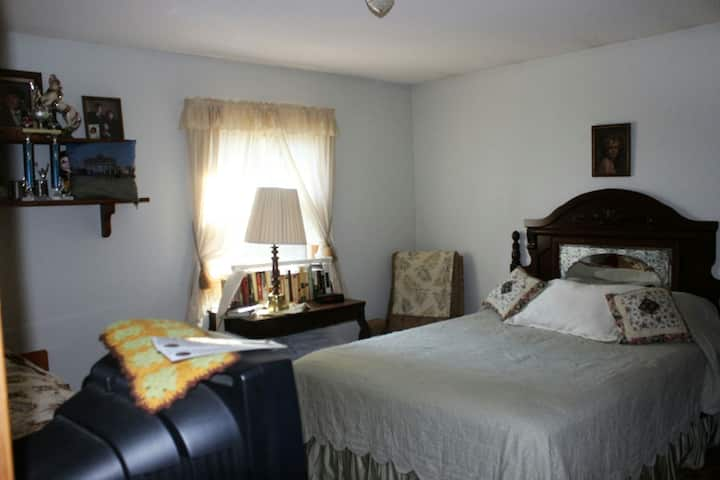 Room with queen and single beds