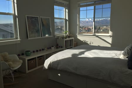 Draper Apt w/ view to the mountains