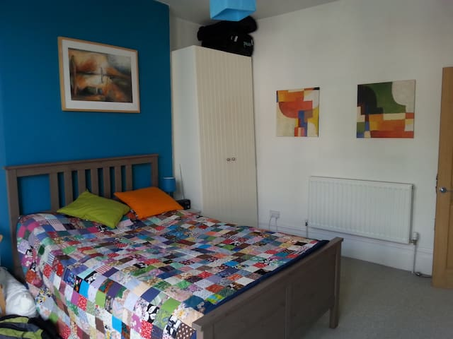 Garden flat bright, clean and homely - Bristol