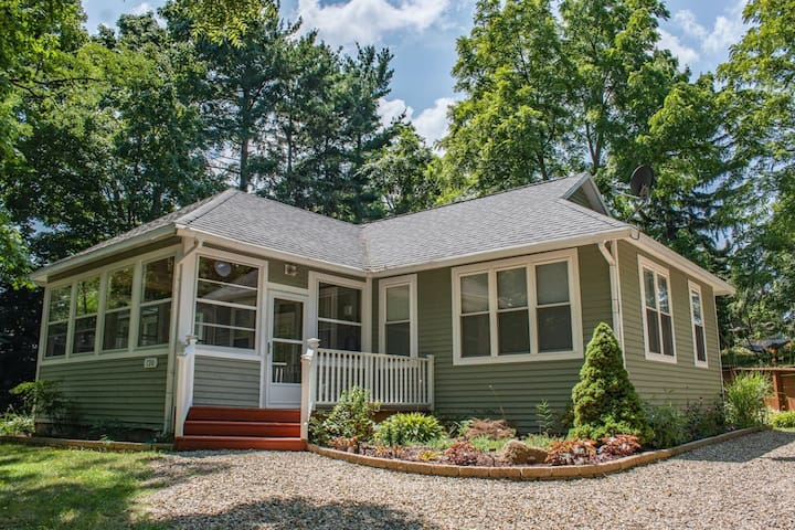 Quiet Home Downtown w/ Private Hot Tub, Fireplace & WiFi - Walk Everywhere!
