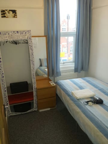 Cheap Single bedroom close to station, WOMEN ONLY!