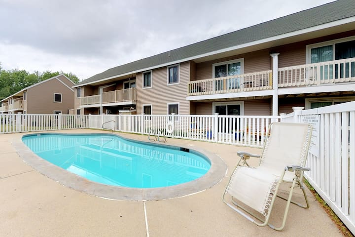 Mountain view condo w/ balcony & shared pool - ideal for skiing, shopping, more!