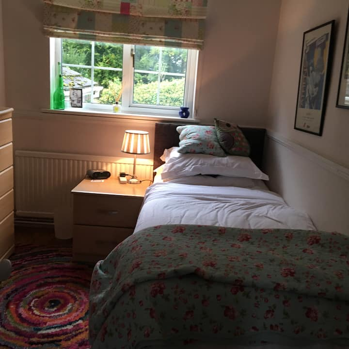 Lovely Single Room in the woods close to town centre.
