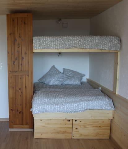 Deux lits doubles en bois, avec draps et housses de draps pour 4 personnes + une grande armoire pour ranger vos affaires :)