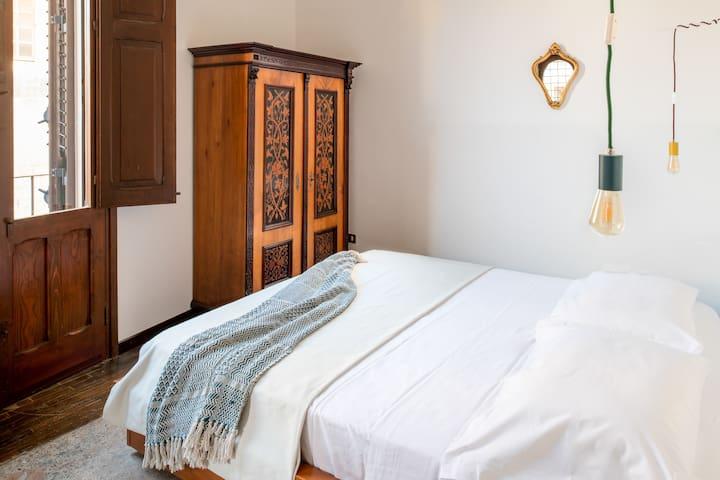 la stanza da letto con il letto matrimoniale