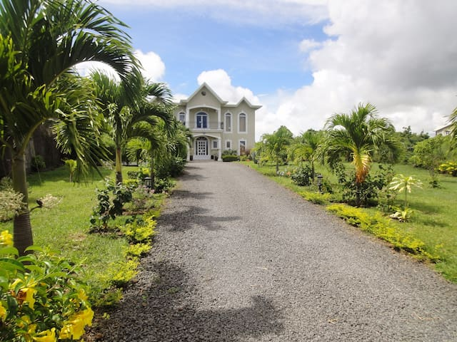 Spacieuse villa privée, grand jardin et piscine - Grand Gaube - Vila