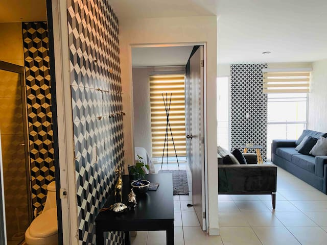 Newly Remodeled Modern Top-Floor Private Apartment