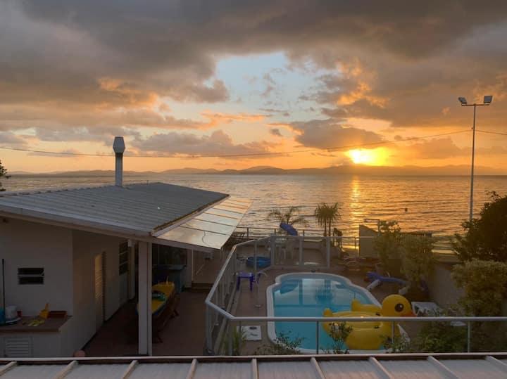Casa na beira da praia (pé na areia) - com piscina