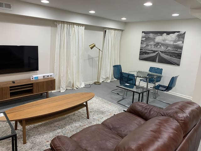 Deluxe Modern 2BR Apt 4min walk to UofC & Hospital